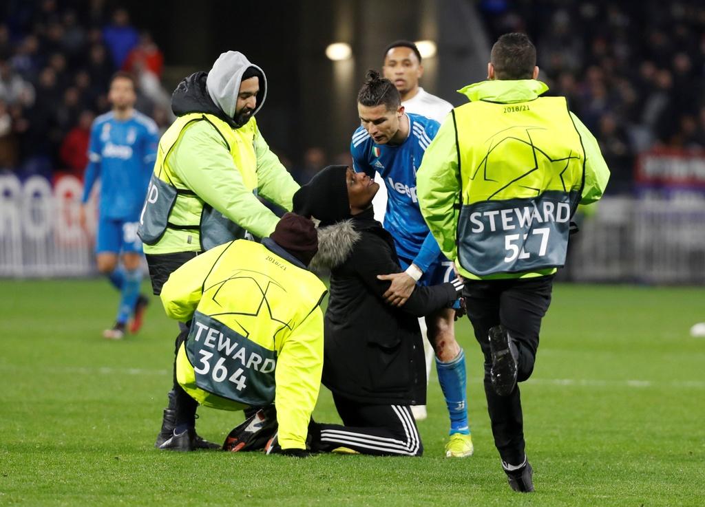 Ronaldo xua fan cuong ra khoi san khi Juventus dang thua hinh anh 2 p2.JPG