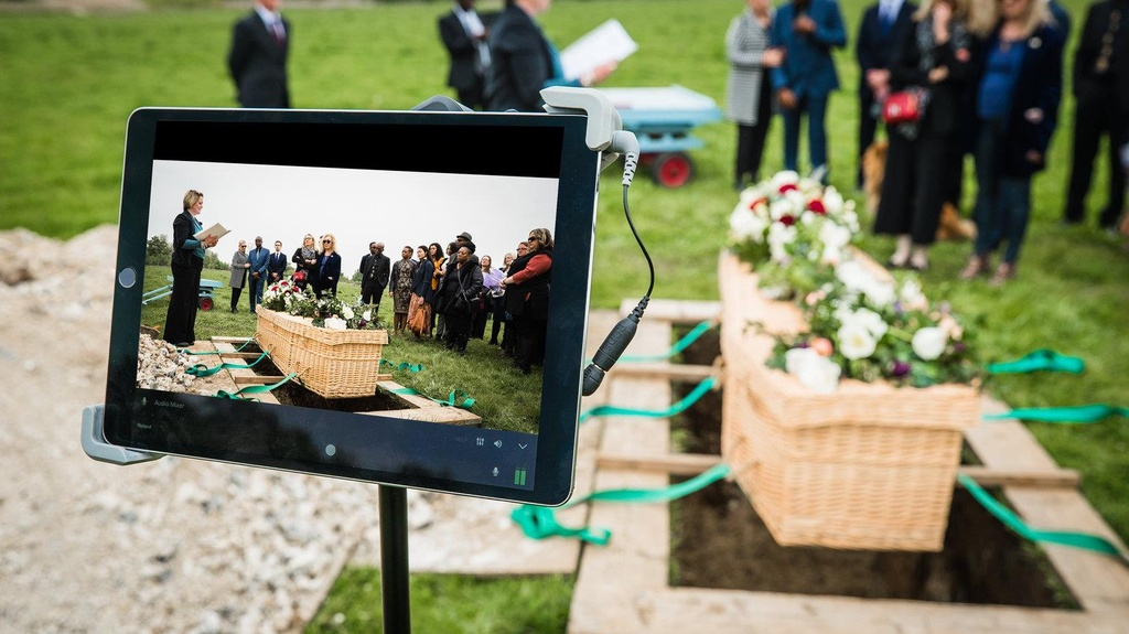 Livestream đám tang: 'Phát trực tiếp' đến cả khi nhắm mắt xuôi tay?