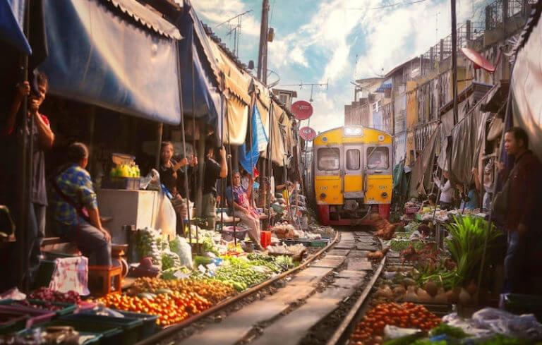Khu cho cam giac manh ngay tren duong sat o Thai Lan hinh anh 11