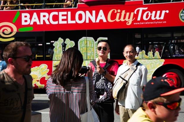 Loat anh chung minh Barcelona bi huy hoai vi qua dong du khach hinh anh 2