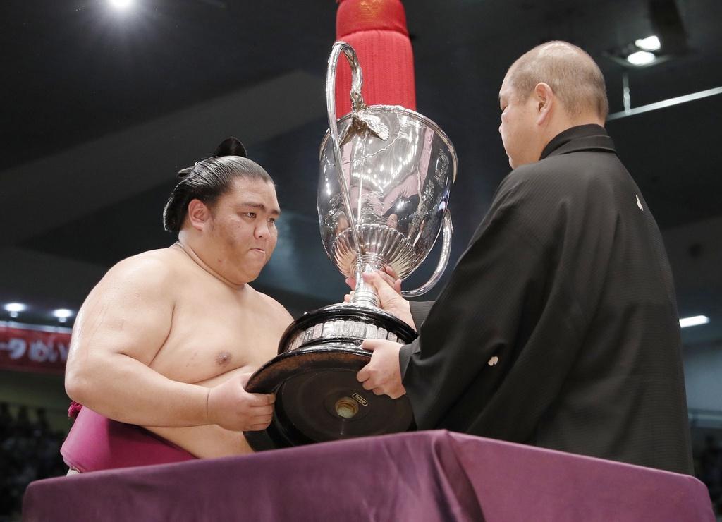 Ten tuoi lon trong lang sumo quy tu tai giai dau mua thu o Nhat hinh anh 4