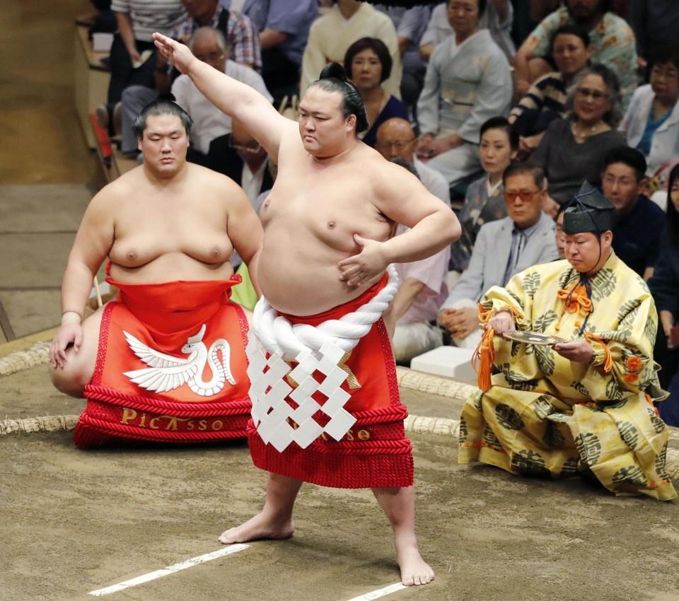 Ten tuoi lon trong lang sumo quy tu tai giai dau mua thu o Nhat hinh anh 6