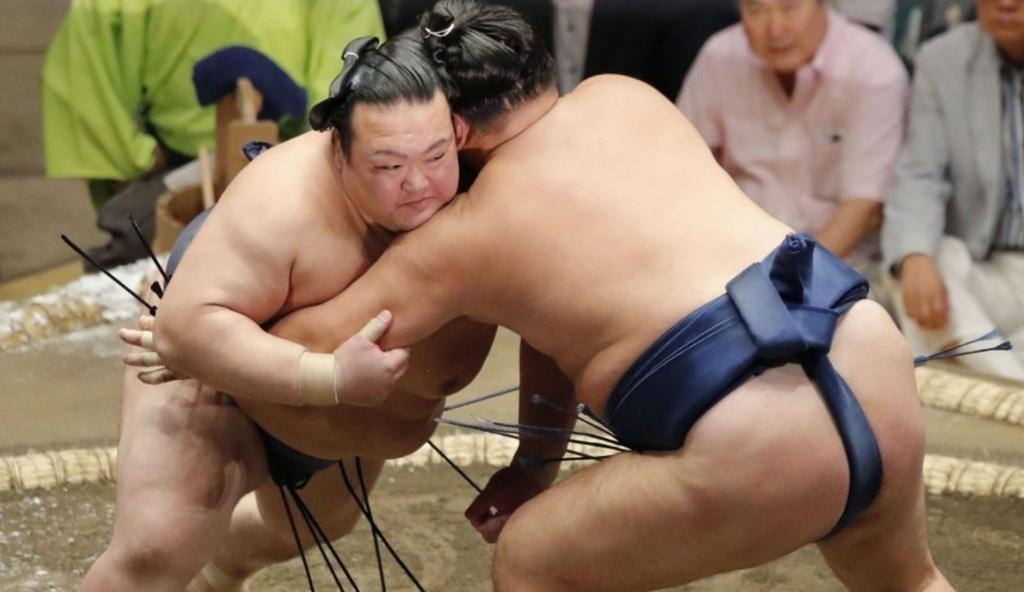 Ten tuoi lon trong lang sumo quy tu tai giai dau mua thu o Nhat hinh anh 7