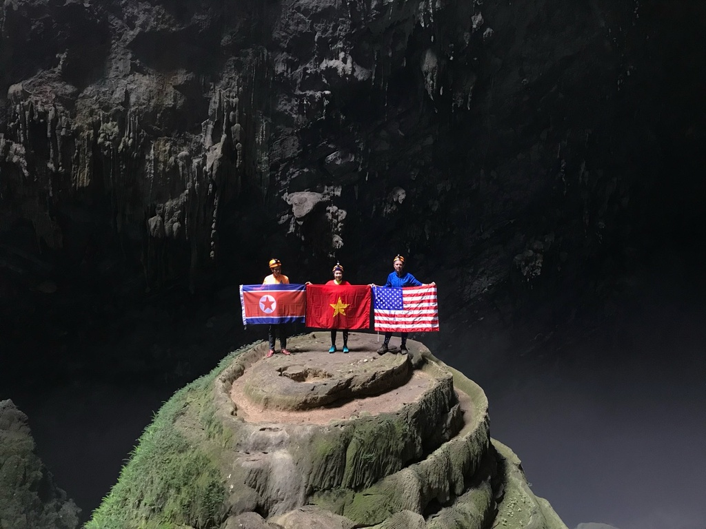 Treo co Viet, My, Trieu trong hang Son Doong, quang ba du lich Viet hinh anh 1