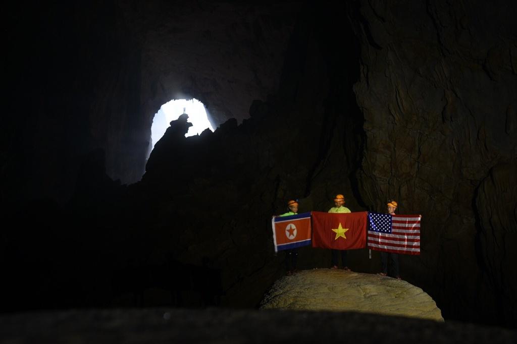 Treo co Viet, My, Trieu trong hang Son Doong, quang ba du lich Viet hinh anh 4