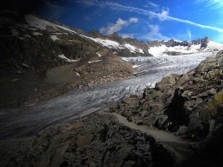 Bi an khach san 4 mat tien bi bo hoang tren nui Alps hinh anh 5