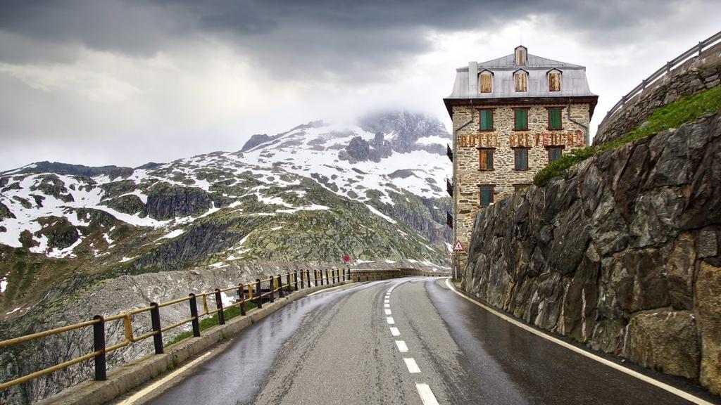 Bi an khach san 4 mat tien bi bo hoang tren nui Alps hinh anh 6
