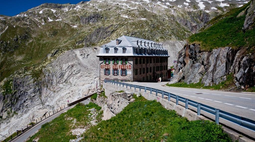 Bí ẩn khách sạn 4 mặt tiền bị bỏ hoang trên núi Alps