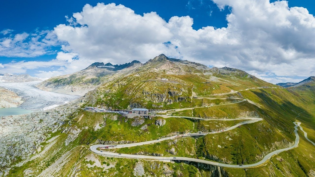 Bi an khach san 4 mat tien bi bo hoang tren nui Alps hinh anh 2