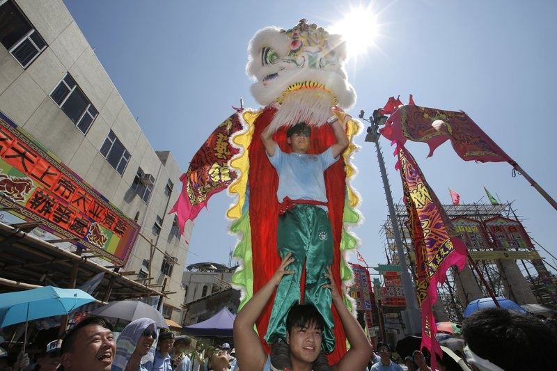 Hang nghin nguoi do ve le hoi banh bao doc dao o Hong Kong hinh anh 4