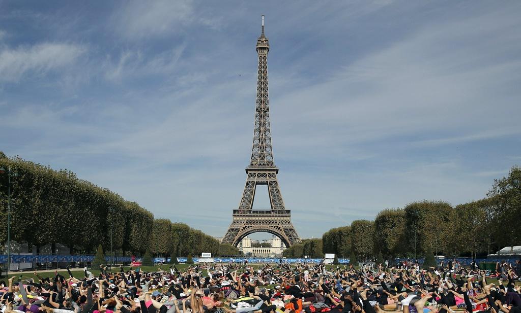 Thap Eiffel dong, 8.000 canh sat chuan bi ngay 'dai bieu tinh' o Paris hinh anh 1