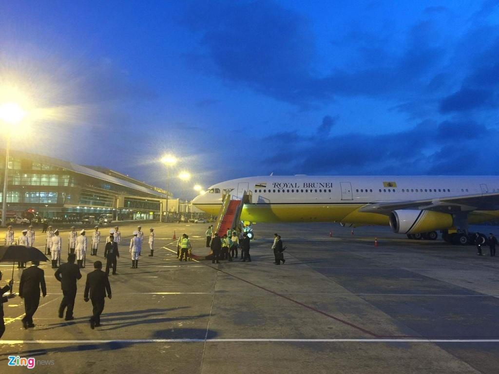 Quoc vuong Brunei lai chuyen co toi Da Nang du APEC hinh anh 2