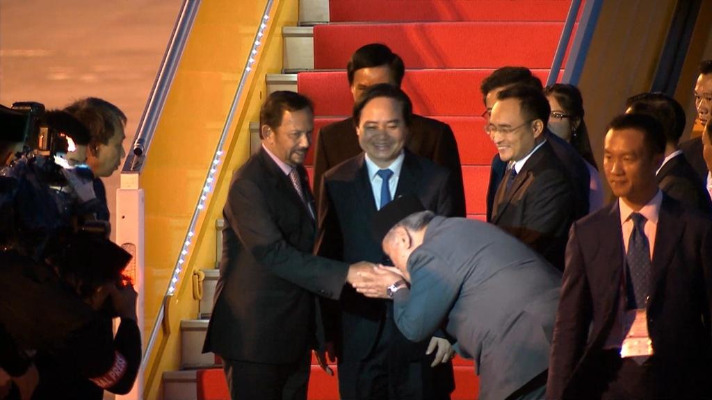 Quoc vuong Brunei lai chuyen co toi Da Nang du APEC hinh anh 5