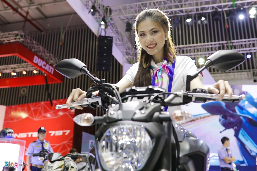 Minh Hang, Chi Pu va dan nguoi dep ben cac mau xe Yamaha hinh anh 10