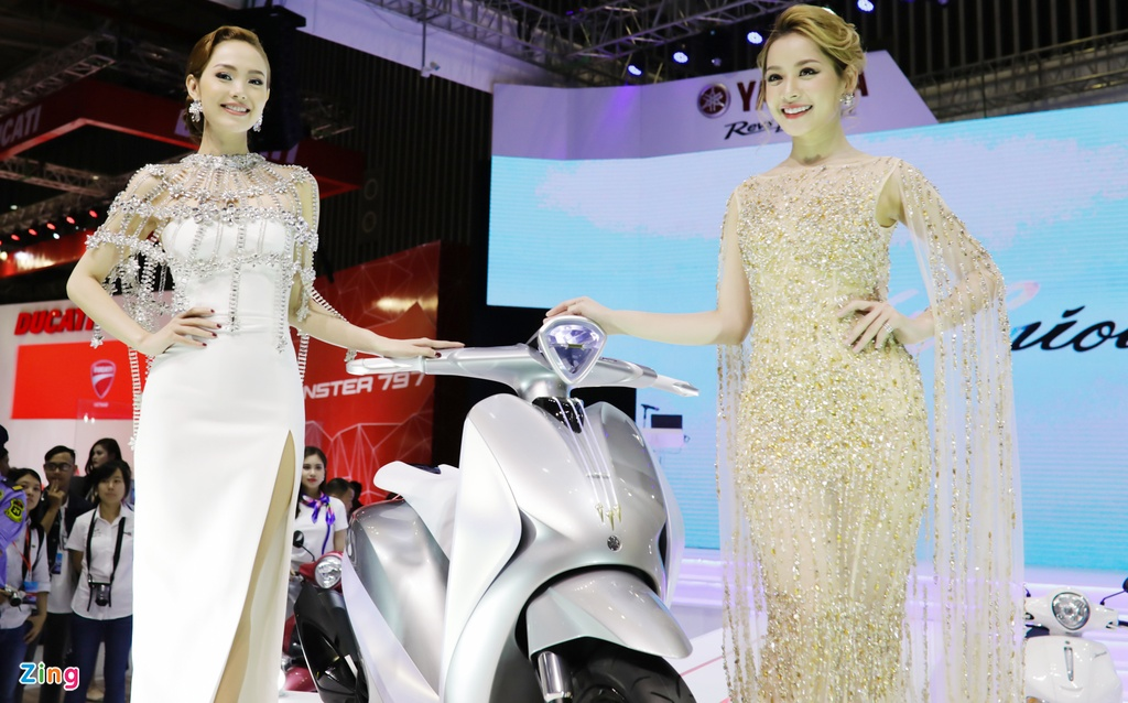 Minh Hang, Chi Pu va dan nguoi dep ben cac mau xe Yamaha hinh anh 1