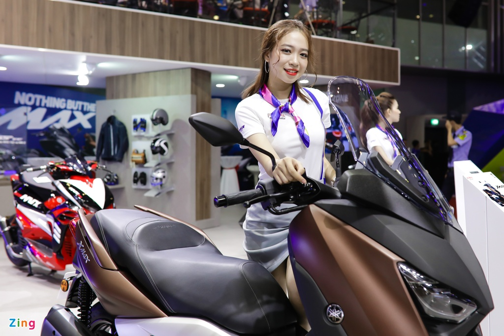 Minh Hang, Chi Pu va dan nguoi dep ben cac mau xe Yamaha hinh anh 5