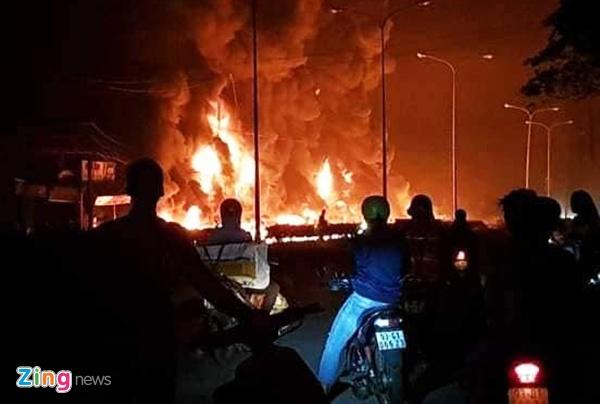 Hiện trường vụ cháy xe bồn chở xăng làm 6 người chết ở Bình Phước