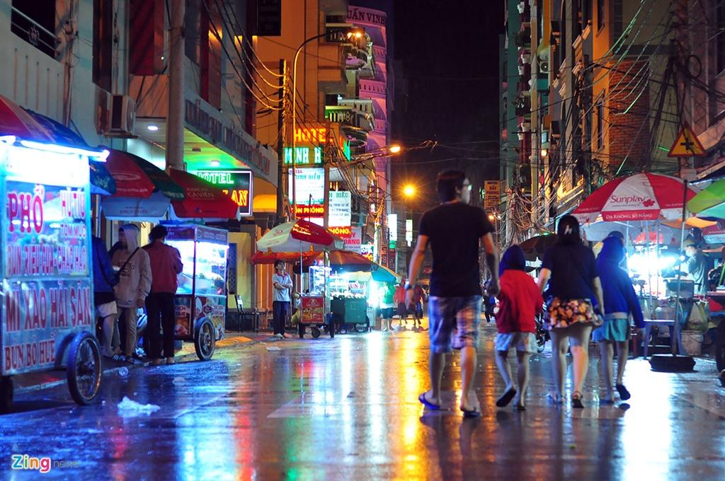 Du khách bình thản chơi đêm ở Vũng Tàu trước giờ bão số 9 đổ bộ