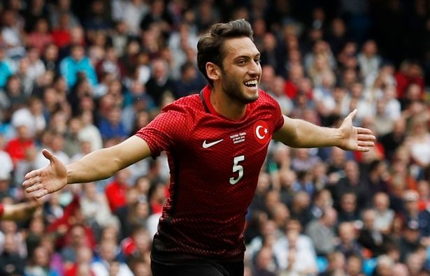 Top 10 doi tuyen co ao thi dau dep nhat Euro 2016 hinh anh 5