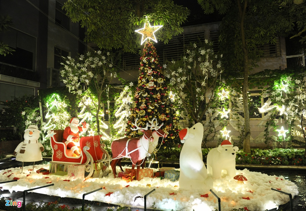 Khu vuon Noel dep long lay cua sinh vien Thang Long hinh anh 3 Tâm điểm của khu vườn là ông già noel và chiếc xe tuần lộc làm bằng xốp, được đặt trên mặt nước của ao cá.