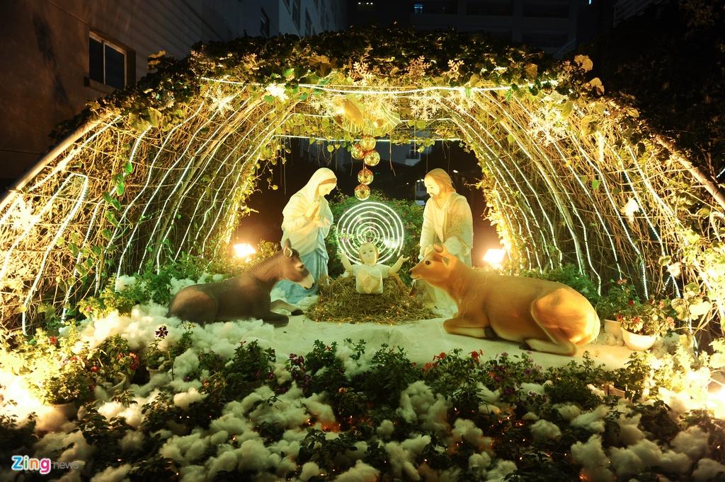 Khu vuon Noel dep long lay cua sinh vien Thang Long hinh anh 7 Một mô hình hang đá Bê- lem với hình ảnh chúa Giêsu ra đời cũng được dựng lên như trong các nhà thờ.