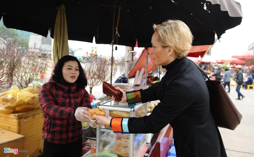 Dai su Thuy Dien mua hoa dao, lam com Viet don Tet hinh anh 5