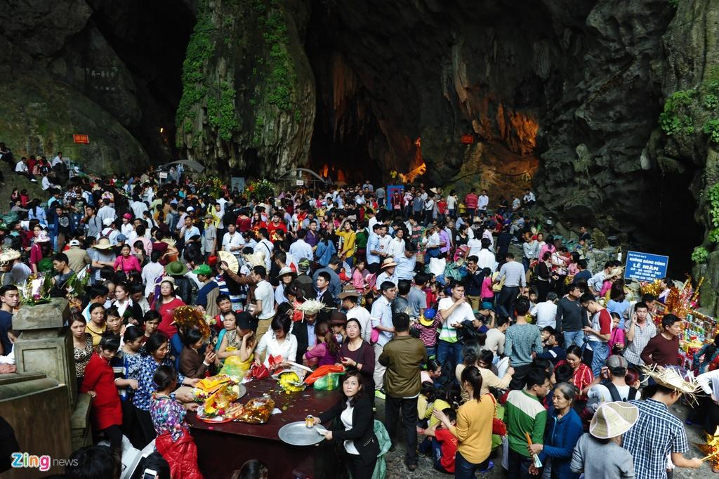 Xep hang 2 tieng chua len duoc cap treo di Chua Huong hinh anh 10