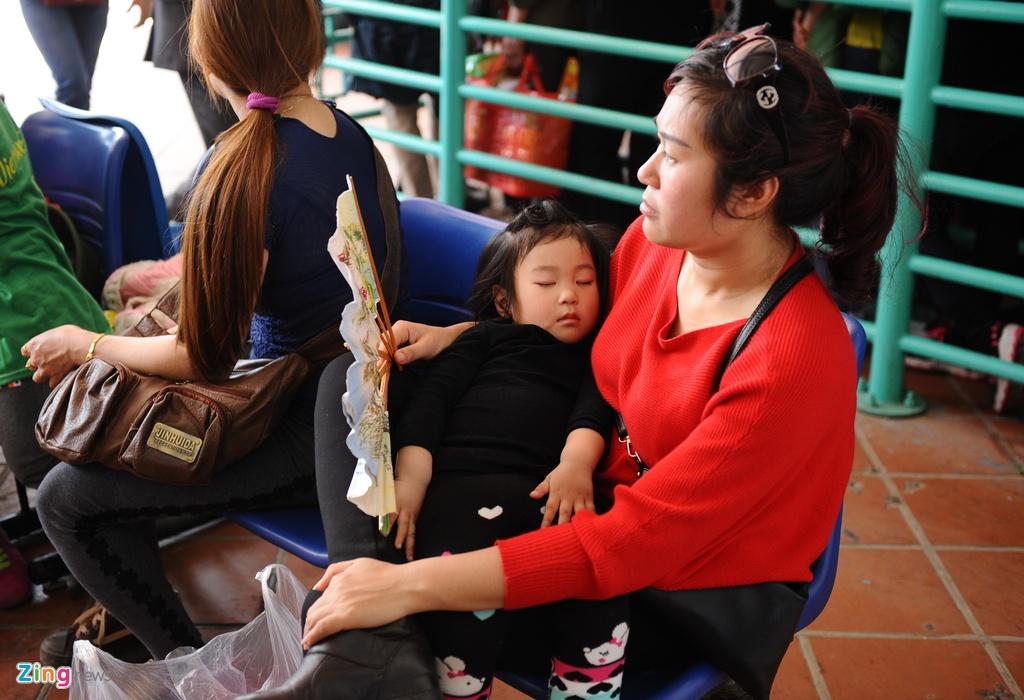 Xep hang 2 tieng chua len duoc cap treo di Chua Huong hinh anh 5