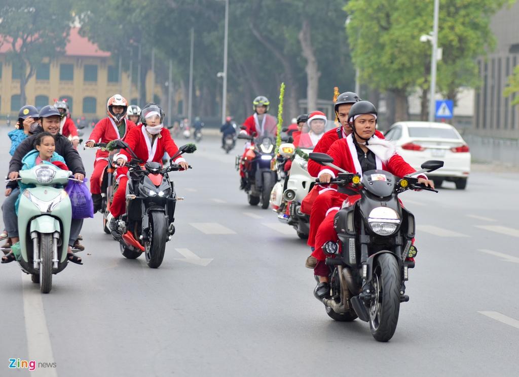 'Ong gia Noel' cuoi moto tien ty di tang qua cho benh nhi hinh anh 1