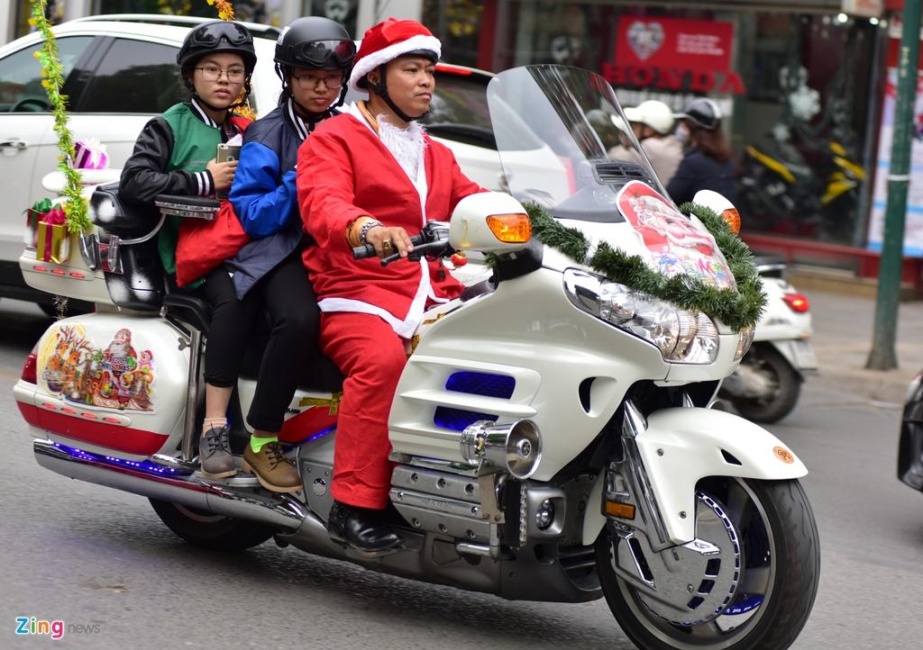 'Ong gia Noel' cuoi moto tien ty di tang qua cho benh nhi hinh anh 3
