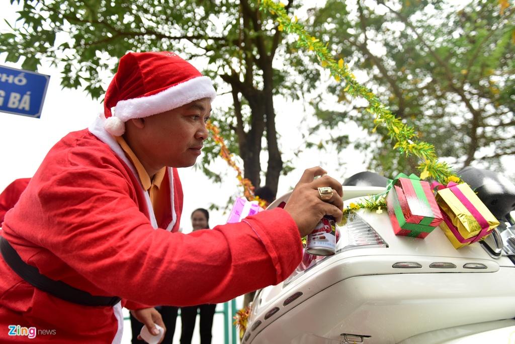 'Ong gia Noel' cuoi moto tien ty di tang qua cho benh nhi hinh anh 4