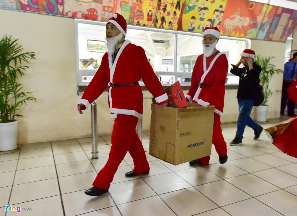 'Ong gia Noel' cuoi moto tien ty di tang qua cho benh nhi hinh anh 7