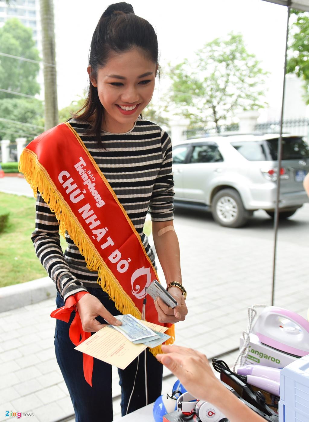 Hoa hau Ngoc Han, a hau Thanh Tu hien mau cuu nguoi hinh anh 5