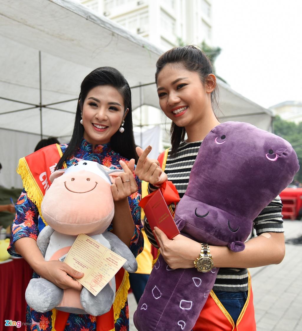 Hoa hau Ngoc Han, a hau Thanh Tu hien mau cuu nguoi hinh anh 6