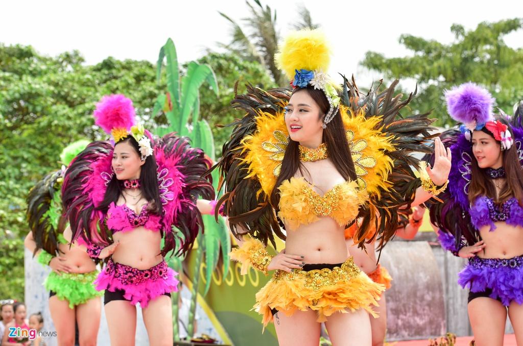 Con gai Ha Noi mac bikini 'quay' tung bung o cong vien nuoc Ho Tay hinh anh 10