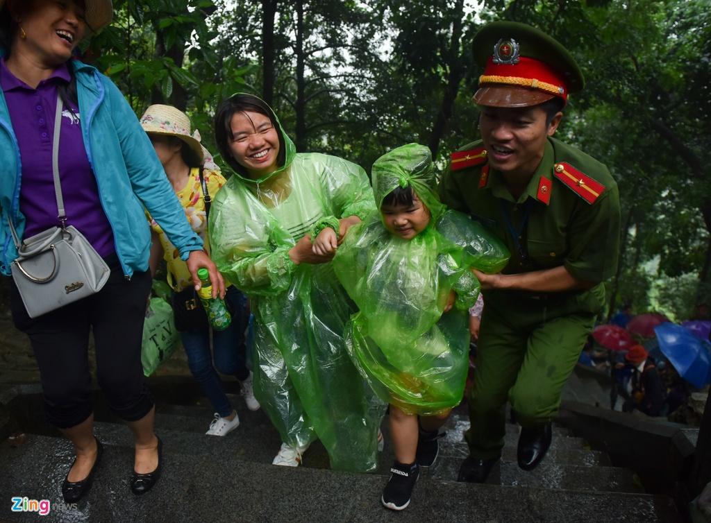 Hang chuc nghin nguoi doi mua ve du le Gio To Hung Vuong hinh anh 11