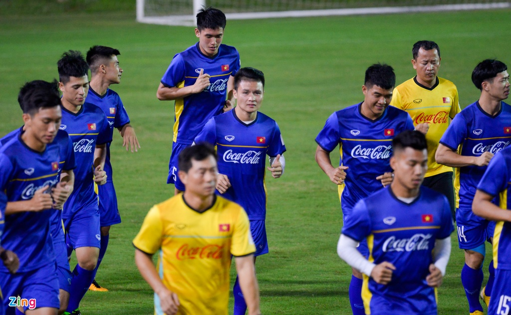 U23 Viet Nam choi bong nem duoi troi mua nang hat hinh anh 1