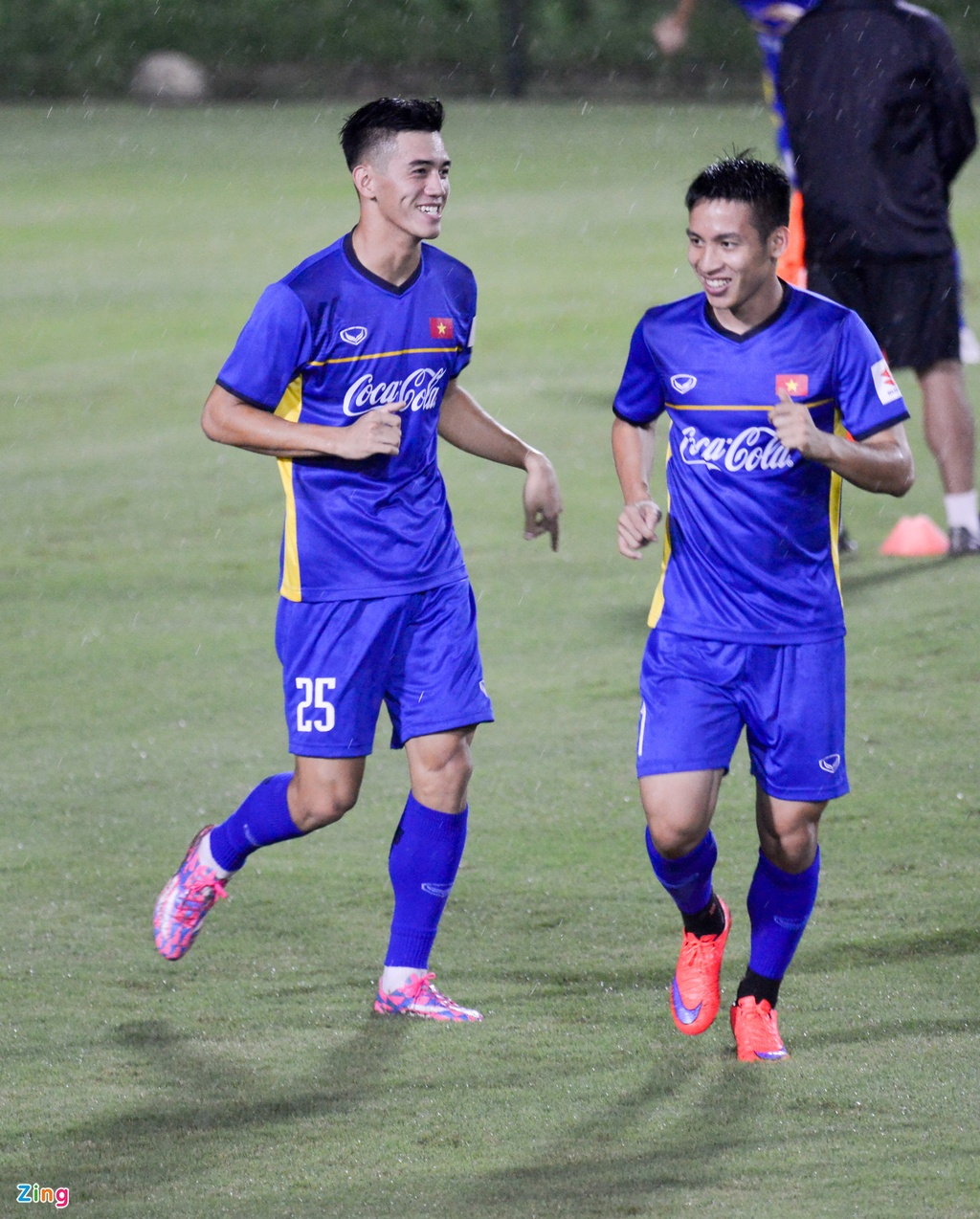 U23 Viet Nam choi bong nem duoi troi mua nang hat hinh anh 2