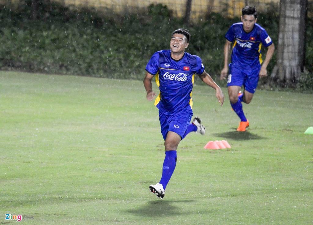 U23 Viet Nam choi bong nem duoi troi mua nang hat hinh anh 3