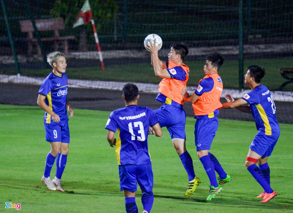 U23 Viet Nam choi bong nem duoi troi mua nang hat hinh anh 4