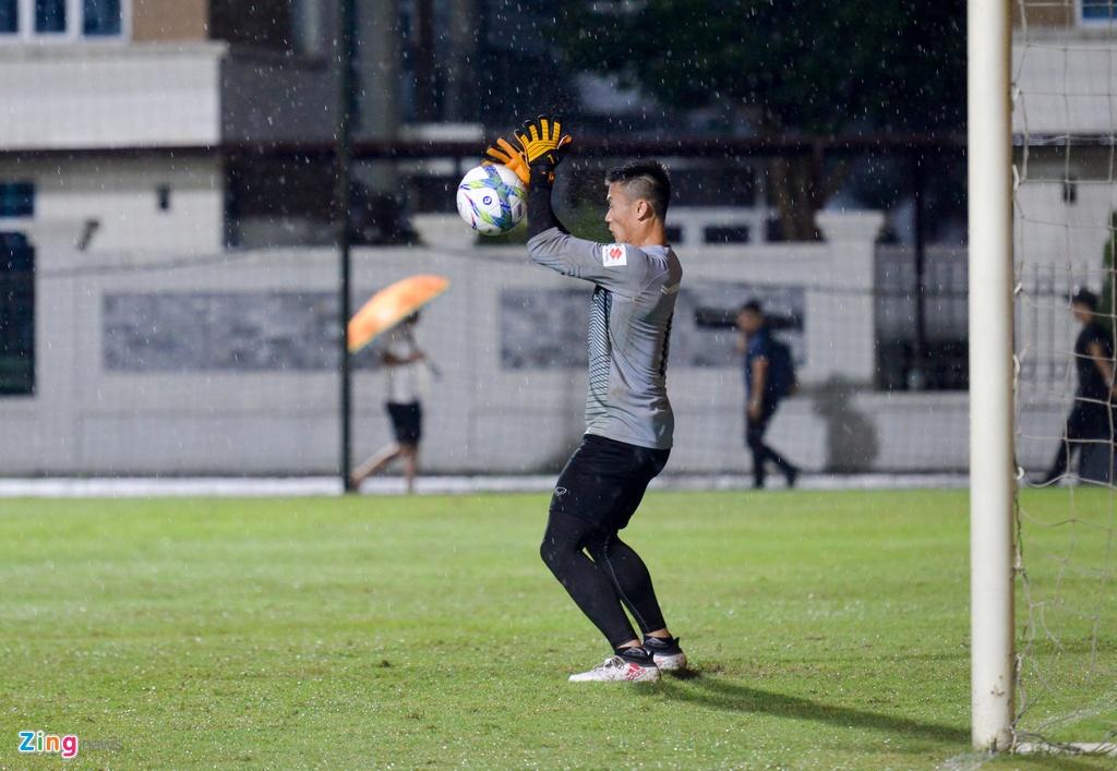 U23 Viet Nam choi bong nem duoi troi mua nang hat hinh anh 8