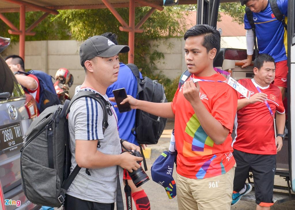 Bao chi bi cam tac nghiep khi Olympic Viet Nam tap o mat san dep hinh anh 2