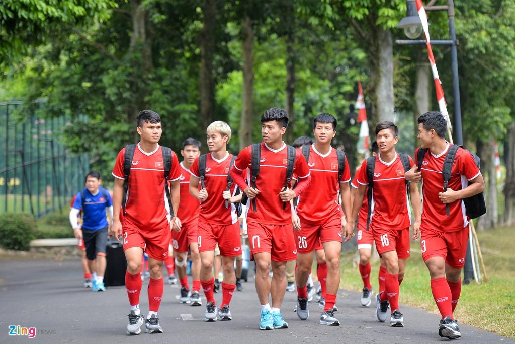 Hang tram hoc sinh Indonesia doi theo buoi tap cua Olympic Viet Nam hinh anh 1