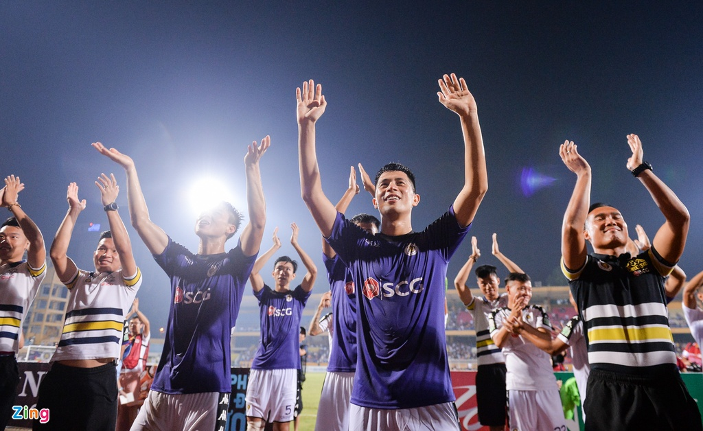 Bau Hien duoc tung len trong ngay CLB Ha Noi vo dich V.League hinh anh 3