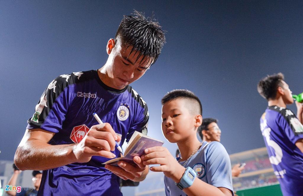 Bau Hien duoc tung len trong ngay CLB Ha Noi vo dich V.League hinh anh 4