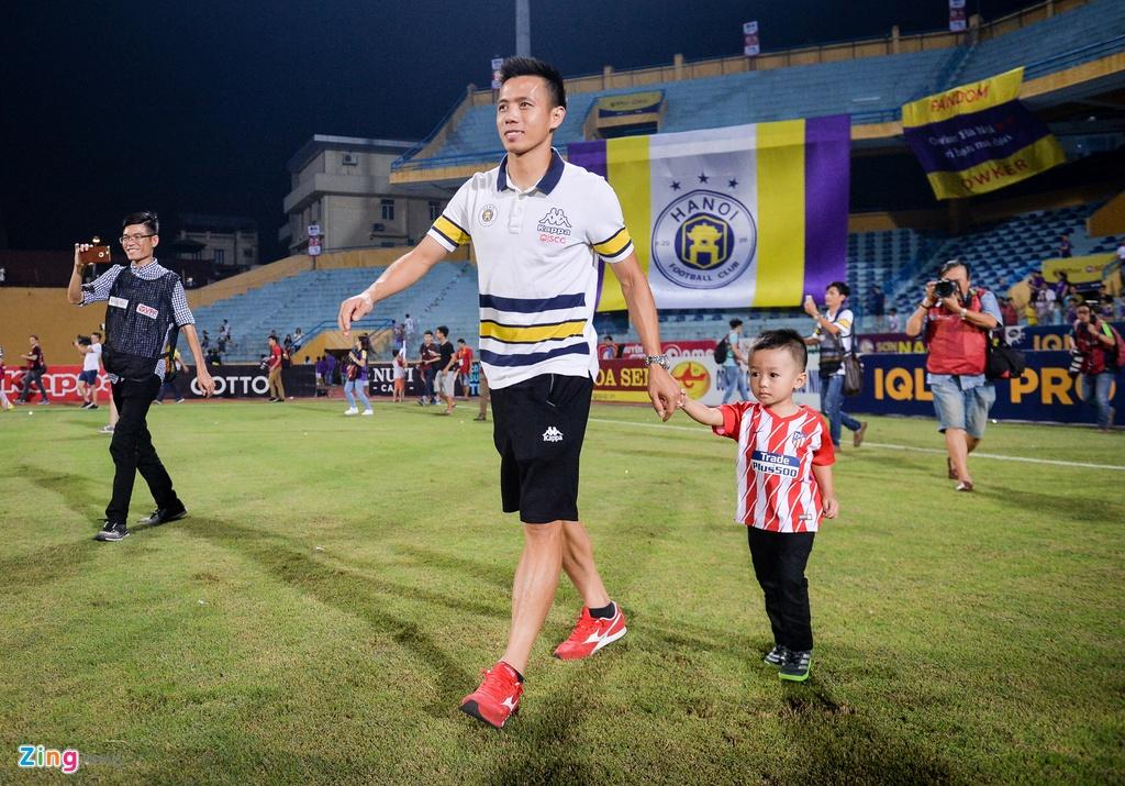 Bau Hien duoc tung len trong ngay CLB Ha Noi vo dich V.League hinh anh 5