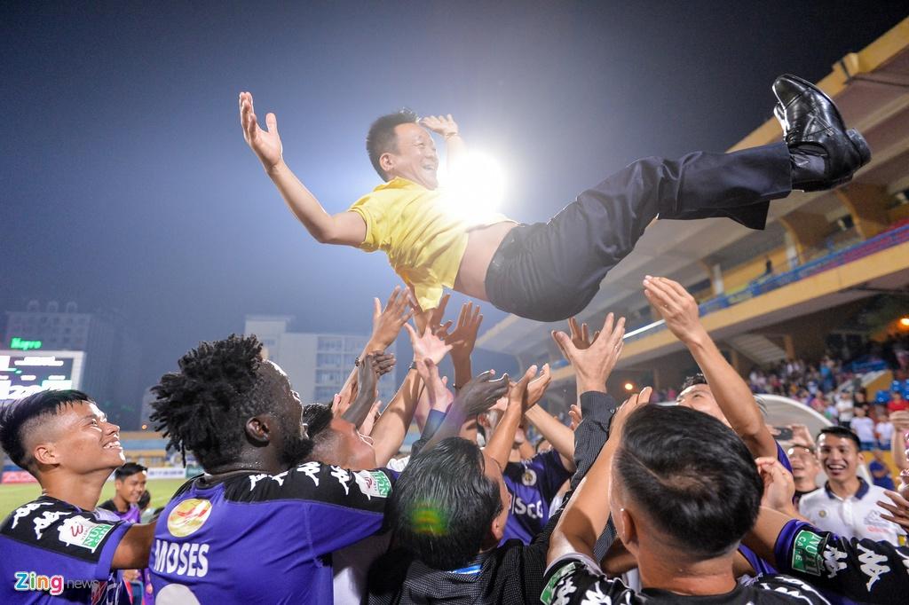 Bau Hien duoc tung len trong ngay CLB Ha Noi vo dich V.League hinh anh 7