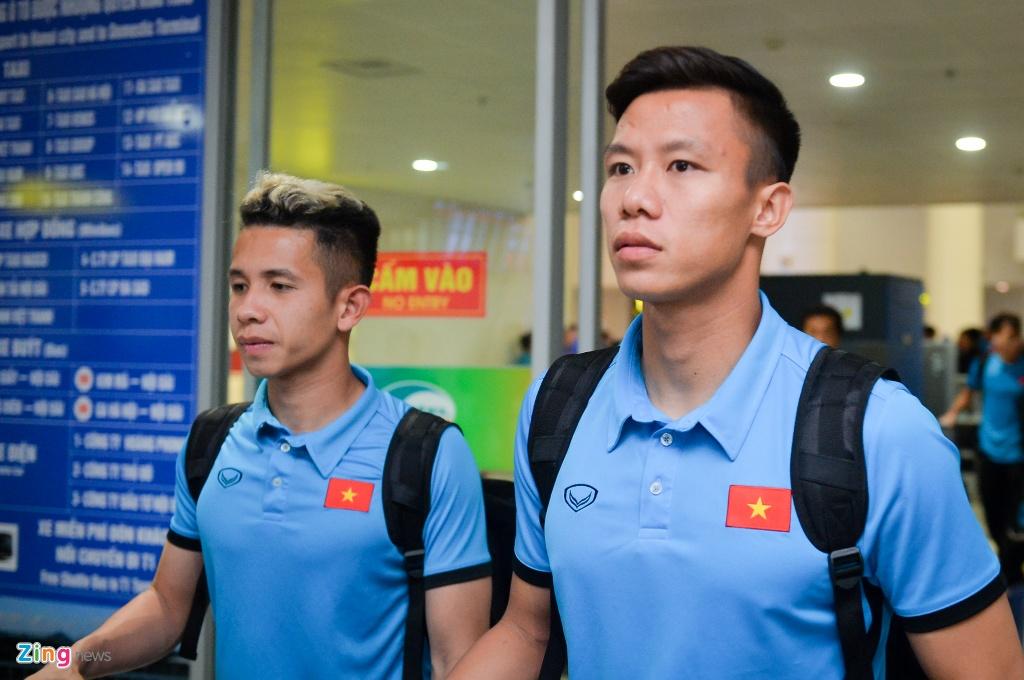 Quang Hải tươi cười khi trở về Việt Nam sau trận mở màn AFF Cup