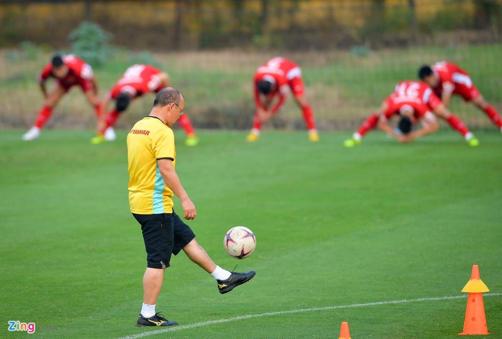 Đặng Văn Lâm tập luyện để thích nghi 'sân trơn, bóng ướt'