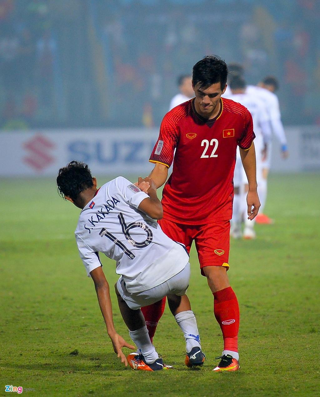 Bui Tien Dung om Dinh Trong, Duy Manh sau lan dau thi dau tai AFF Cup hinh anh 2